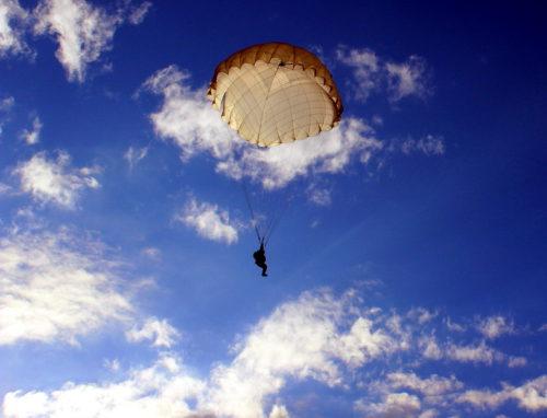 Следователи выясняют обстоятельства гибели несовершеннолетнего в результате прыжка с парашютом
