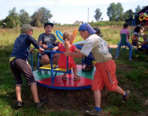 В Орешках торжественно открыли детскую игровую площадку